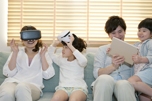 VRゴーグルで遊ぶ家族の写真素材 [FYI01314458]