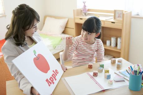 英語の勉強をする女の子と先生の写真素材 [FYI01314503]
