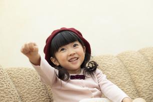 手を挙げる女の子の写真素材 [FYI01314504]