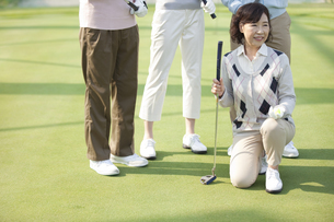 ゴルフクラブを持つ熟年女性の写真素材 [FYI01314512]