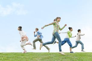 走る若者5人の写真素材 [FYI01314645]