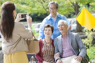 添乗員と記念撮影するツアー客の写真素材 [FYI01314668]
