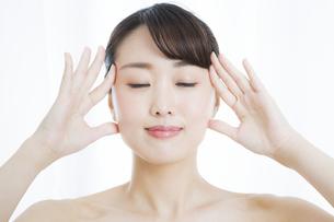 顔のマッサージをする女性の写真素材 [FYI01314677]