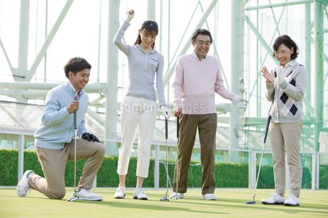 ゴルフをする家族4人の写真素材 [FYI01314720]