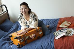 トランクを閉める笑顔の女性の写真素材 [FYI01314774]