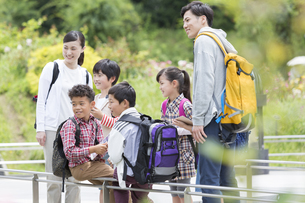 課外学習中の小学生と先生の写真素材 [FYI01314787]