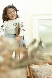 脚立に座る女の子の写真素材 [FYI01314789]