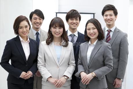 笑顔のビジネスマンとビジネスウーマン6人の写真素材 [FYI01314796]