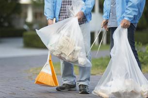 ゴミ拾いをするボランティアの写真素材 [FYI01314815]