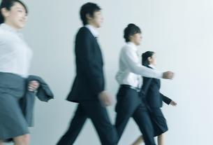 歩くビジネスマンとビジネスウーマンの写真素材 [FYI01314841]