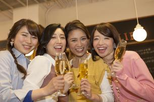 グラスを持っている笑顔の女性4人の写真素材 [FYI01314894]