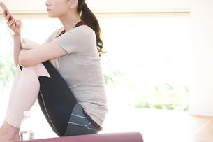 ヨガマットに座る女性の写真素材 [FYI01314900]