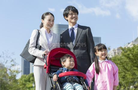 寄り添って立つ笑顔の家族の写真素材 [FYI01314901]