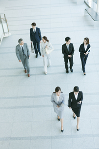 歩くビジネス男女の写真素材 [FYI01314913]