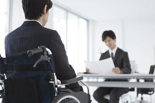 車椅子の男性と面接官の写真素材 [FYI01314934]