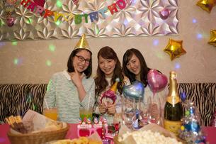 パーティーをする女性3人の写真素材 [FYI01314939]