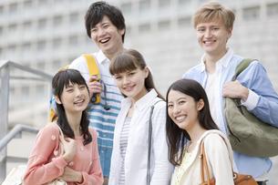 笑顔の大学生5人の写真素材 [FYI01314994]