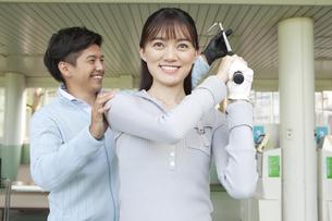 女性にゴルフを教える男性の写真素材 [FYI01315014]