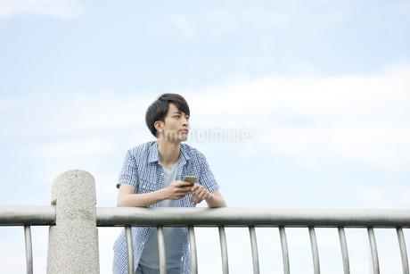 スマートフォンを持つ男性の写真素材 [FYI01315040]