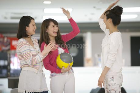 ボウリングをする若者3人の写真素材 [FYI01315064]