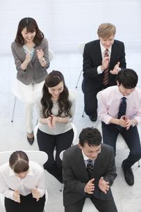 拍手をするビジネス男女6人の写真素材 [FYI01315073]