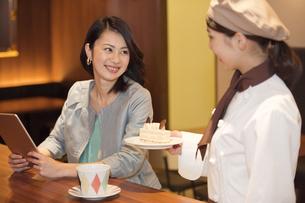 笑顔の店員と女性客の写真素材 [FYI01315083]