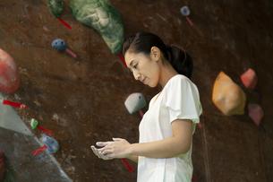 ボルダリングジムにいる女性の写真素材 [FYI01315117]