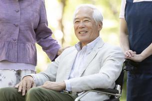 車椅子に座るシニア男性の写真素材 [FYI01315124]