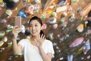 スマートフォンを持つ女性の写真素材 [FYI01315164]