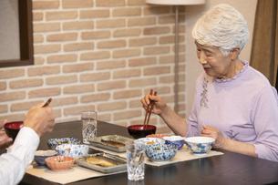 食事中のシニア夫婦の写真素材 [FYI01315182]