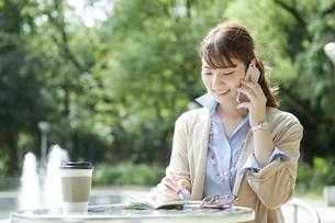 スマートフォンで通話するビジネス女性の写真素材 [FYI01315257]