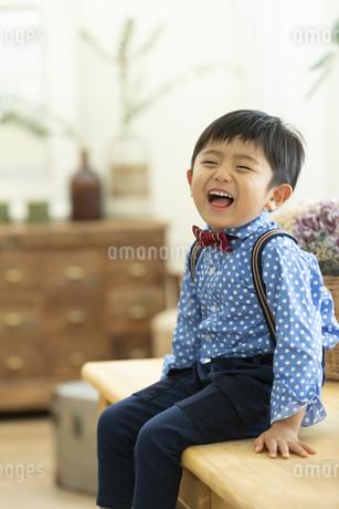 テーブルに座る男の子の写真素材 [FYI01315276]