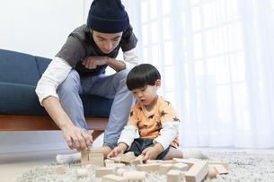 積み木で遊ぶ親子の写真素材 [FYI01315290]