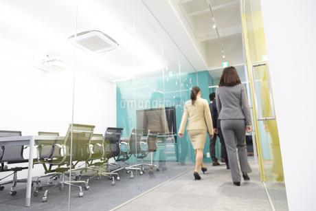 オフィスを歩くビジネスウーマンの後姿の写真素材 [FYI01315294]