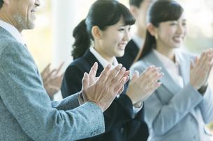 拍手をするビジネス男女の写真素材 [FYI01315307]