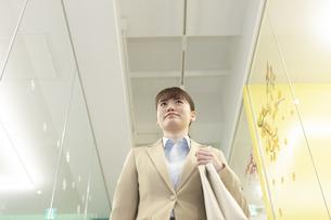 通路を歩くビジネスウーマンの写真素材 [FYI01315336]