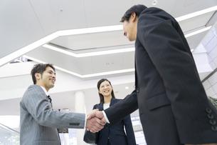 握手をするビジネス男女の写真素材 [FYI01315348]