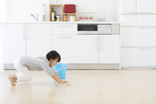 床を拭いている女の子の写真素材 [FYI01315358]