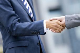 握手をするビジネスマンの手元の写真素材 [FYI01315444]