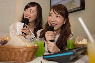 カラオケをする女性2人の写真素材 [FYI01315530]