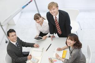 笑顔のビジネス男女4人の写真素材 [FYI01315565]