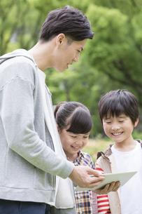 タブレットPCを見る小学生と先生の写真素材 [FYI01315570]