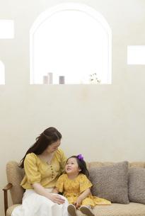 ソファーに座る母娘の写真素材 [FYI01315610]
