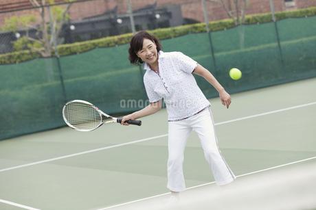 テニスをする中高年女性の写真素材 [FYI01315635]
