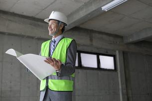 建設現場のビジネスマンの写真素材 [FYI01315660]