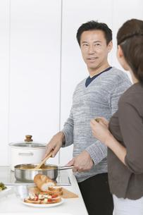 調理をする中高年夫婦の写真素材 [FYI01315821]