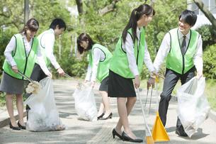 清掃活動をするビジネスマンとビジネスウーマンの写真素材 [FYI01315823]