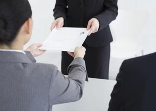 履歴書を受け取る女性面接官の写真素材 [FYI01315873]