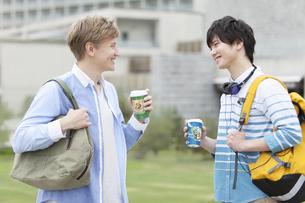 コーヒーカップを持つ男子学生2人の写真素材 [FYI01315926]