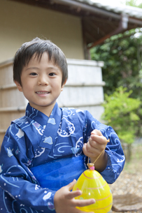 ヨーヨーを持つ浴衣姿の日本人男の子の写真素材 [FYI01315953]